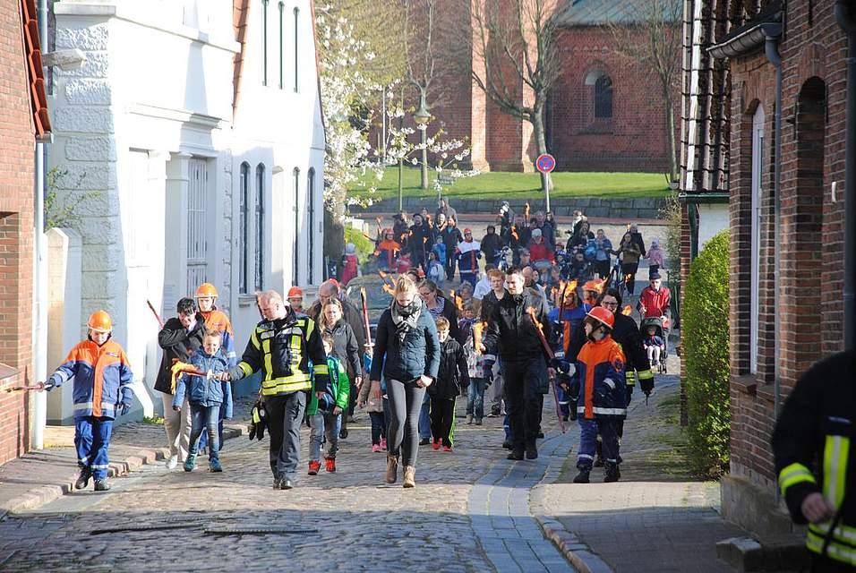 Viele Kinder und Jugendlichen beteiligten sich wieder beim Fackelzug vom Markt zum Maifeuerplatz an der Miele.