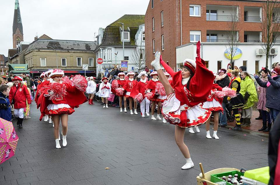Einer der Höhepunkte eines jeden Karnevalsumzuges: die Garden und Funkenmariechen.