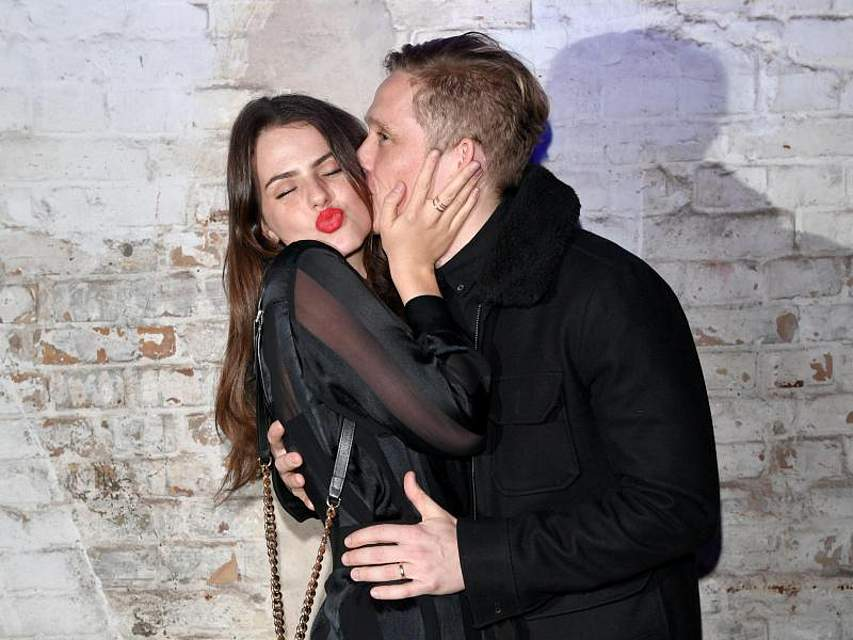 Matthias Schweighöfer herzt seine Freundin Ruby O. Fee während einer Berlinale-Party. Foto:Jens Kalaene