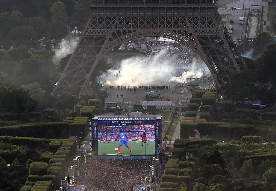Vor dem Finale kam es auf der Pariser Fanmeile zu Unruhen. Es wollten mehr Besucher auf den Platz. Die Polizei setzte Tränengas ein. Foto: Samson