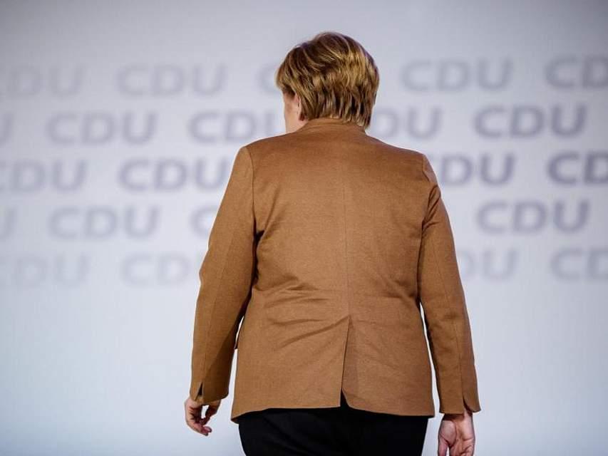 Ihr vorletzter Tag als CDU-Chefin: Bundeskanzlerin Angela Merkel besichtigt die Hamburger Messehalle, in der am Wochenende auf dem CDU-Bundesparteitag ihre Nachfolgerin oder ihr Nachfolger gewählt wird. Foto: Michael Kappeler