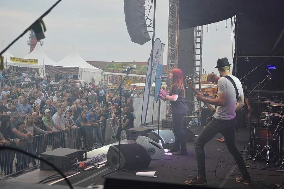 Bevor Status Quo auf die Bühne trat, rockte Pay Pandora als Vorband. Foto: Müller