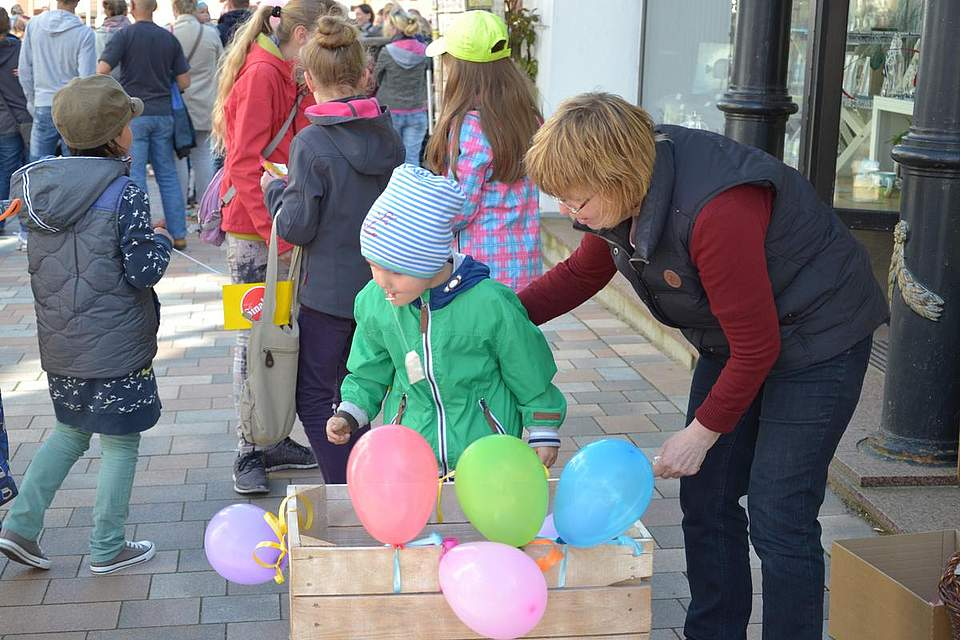 Kindernachmittag: Teebeutel-Weitwurf.