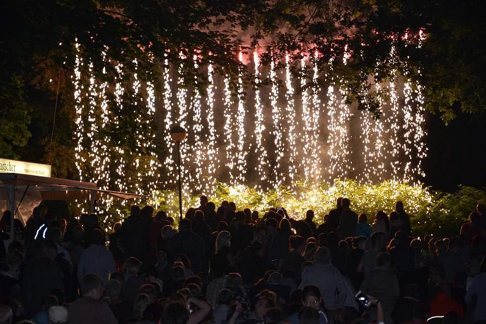 Und abends mit bengalischer Beleuchtung.