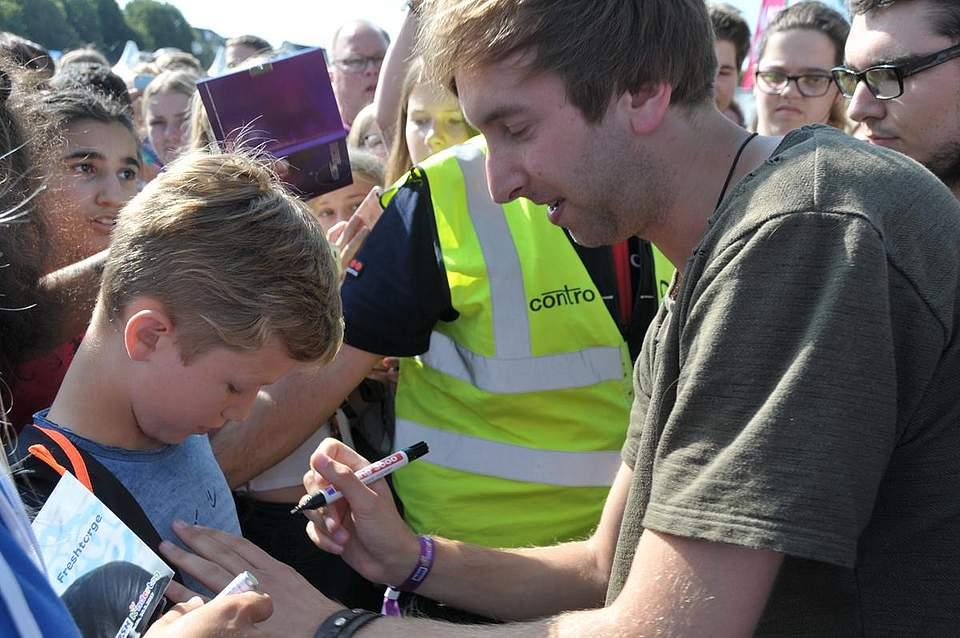 Umlagert: Unzählige Fans wollten ein Autogramm von Freshtorge ergattern. Foto: Voß