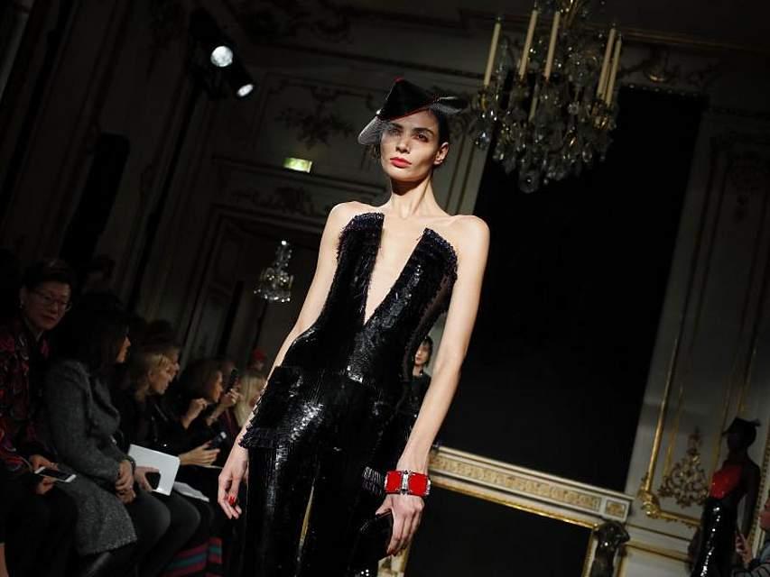 Ganz schön dünn: Ein Model präsentiert in Paris eine Kreation aus der Haute-Couture-Kollektion von Armani. Foto: Francois Mori/AP