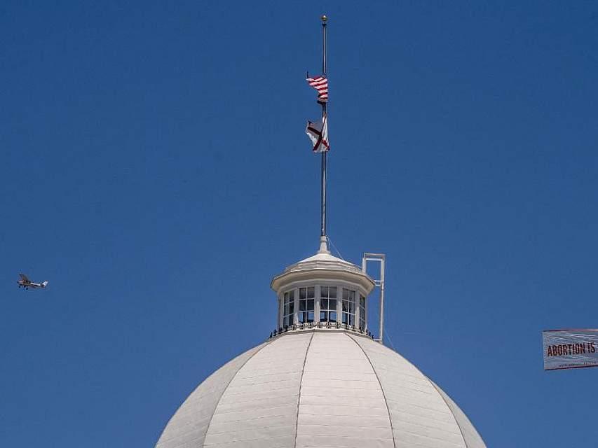 Abtreibungs-Unterstützer lassen einen Banner mit der Aufschrift «Abortion is ok» an der Kuppel des Alabama State Capitol-Gebäudes vorbeifliegen. Alabamas Gouverneurin hat das umstrittene Gesetz unterzeichnet, mit dem Abtreibungen in dem US-Bundesstaat in fast allen Fällen verboten werden sollen - selbst nach Vergewaltigungen. Foto:Mickey Welsh/The Montgomery Advertiser/AP