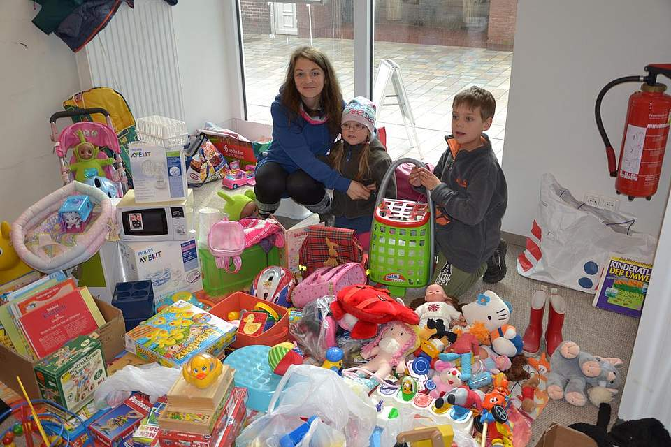 Flohmarkt der Grundschule: Zivile Kerusauskien und ihre Kinder Martynas und Kamile verkaufen Sachen, die sie nicht mehr brauchen.