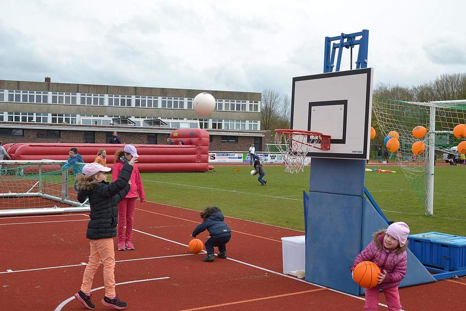 Kinder in Bewegung: Basketball.