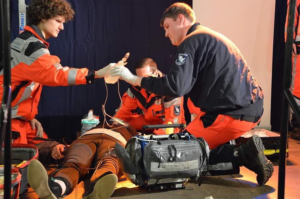 Praktische Vorführung: Rettungssanitäter präsentieren ihren Beruf auf der Bühne.