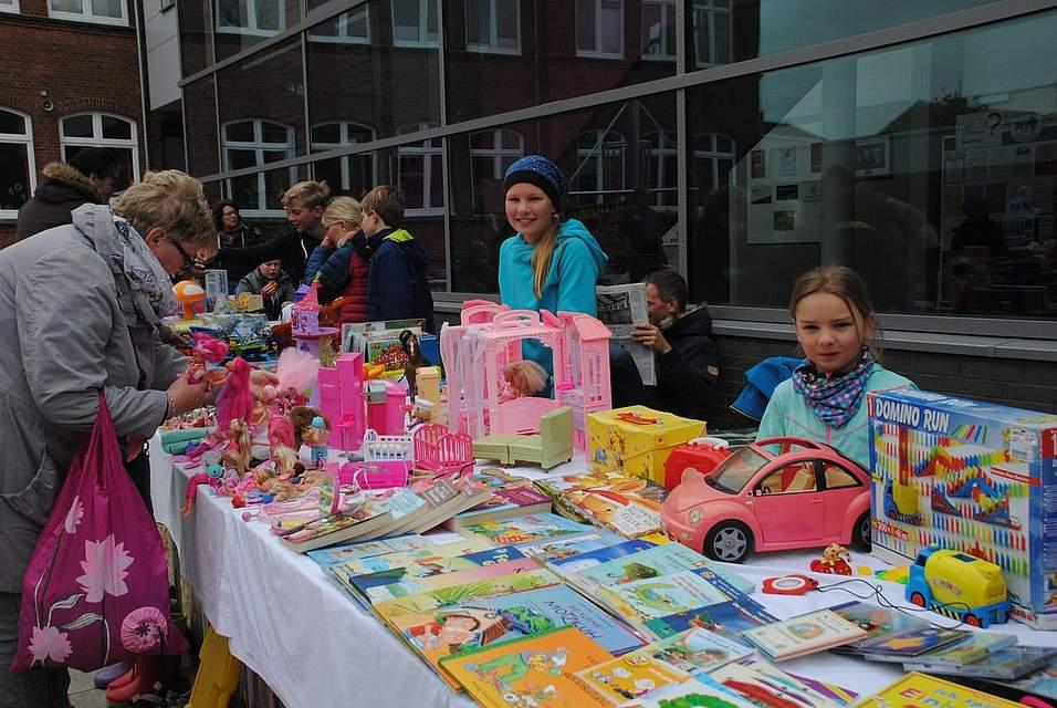 Alles rund um das Kind gab es beim Flohmarkt der Grundschule auf dem Schulhof und im Gebäude.