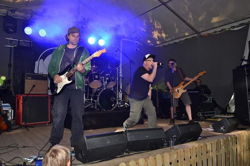 Die Gruppe Ohm rockt auf der Bühne.