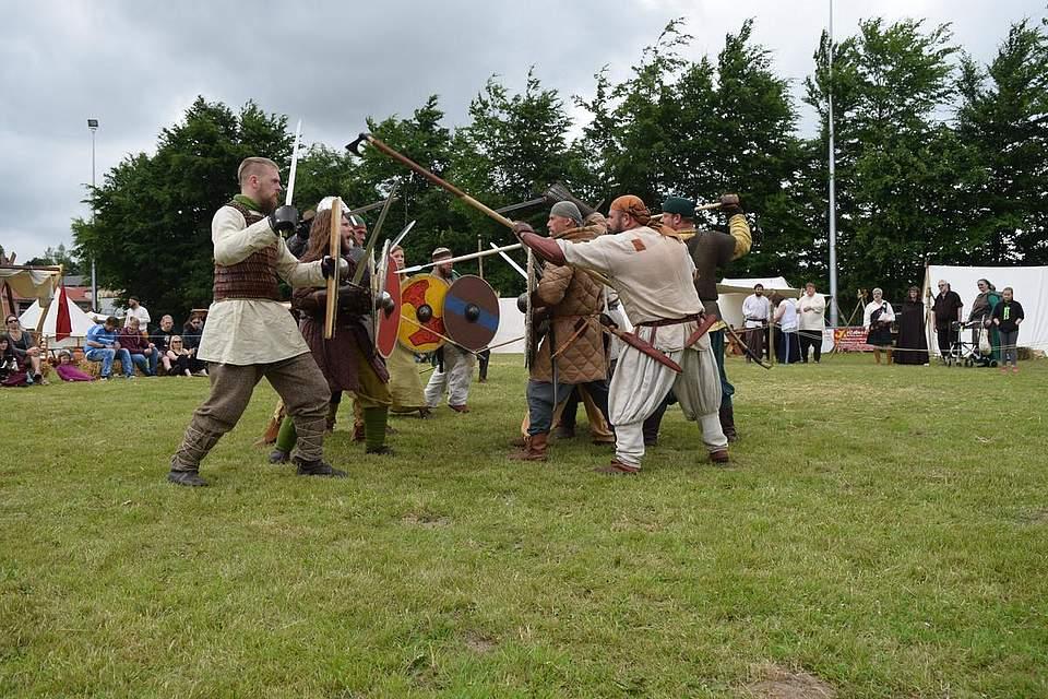 Mit Äxten, Beilen, Speeren, Dolchen und Schwertern kämpfen die frühmittelalterlichen Männer und Frauen. Foto: Büsing