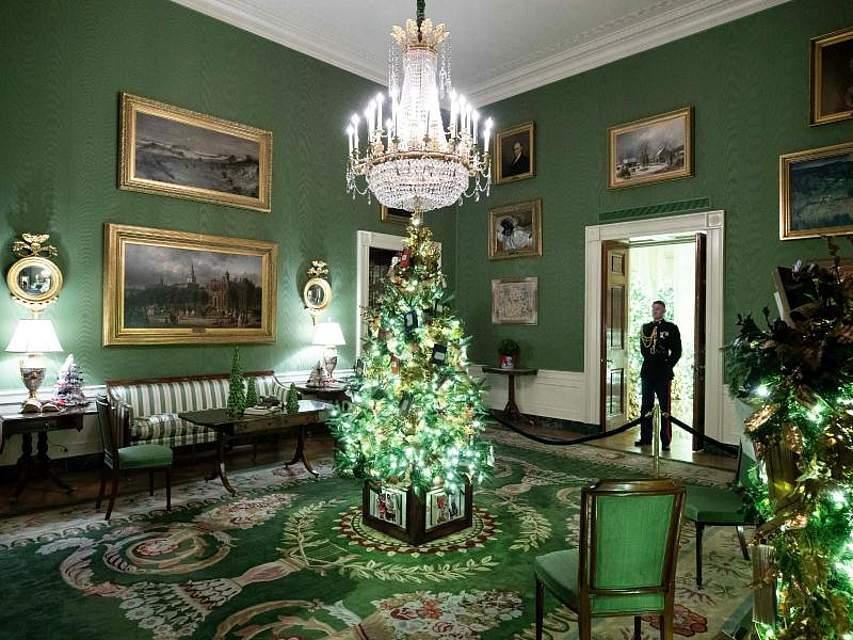Ein prächtiger Weihnachtsbaum erstrahlt im «Green Room» des Weißen Hauses in Washington. Foto: Alex Brandon/AP/dpa