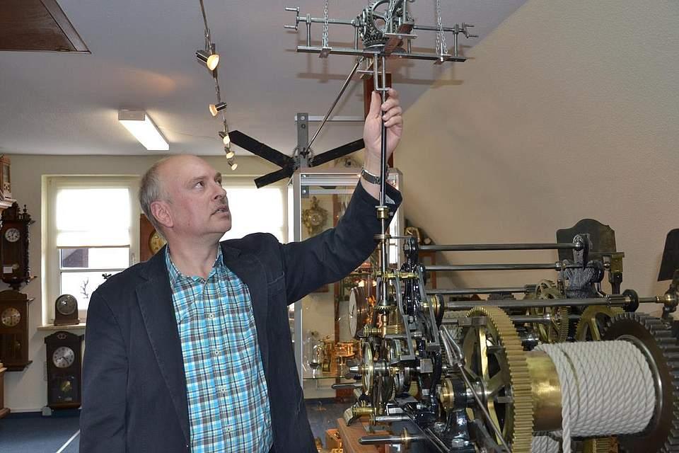 Kulturtag: Ingo Voß erläutert die Funktionsweise einer Kirchturmuhr.