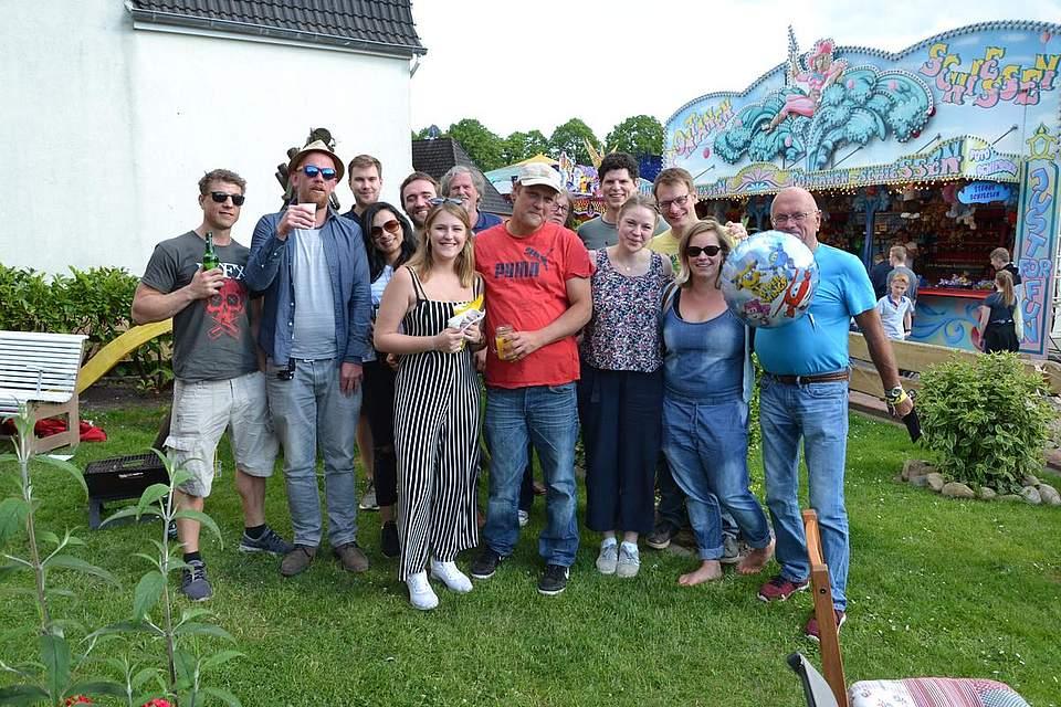 Was soll man anderes machen, wenn man schon am Brutkampsweg wohnt und Pfingsten ist: Feiern wie hier bei Gunnar und Agnes und Theo Borstel.