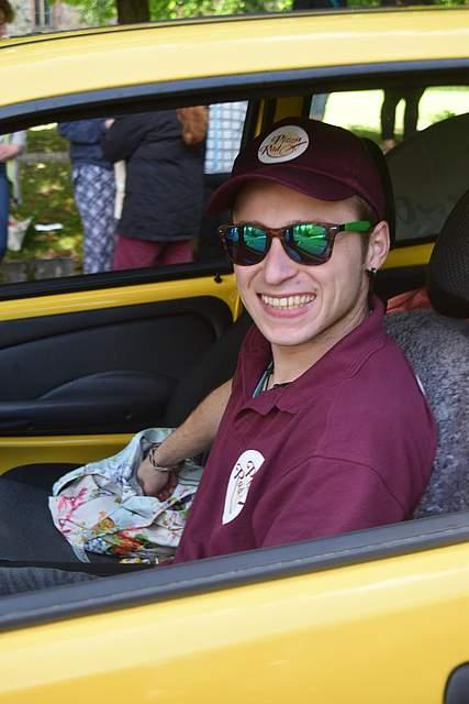 Auch die Fahrer werfen Bonbons,... Foto: Büsing
