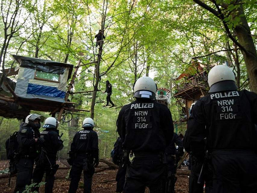 Mit massivem Aufgebot sollen Polizisten im Hambacher Forst die Baumhäuser von Aktivisten räumen. Foto: Marius Becker