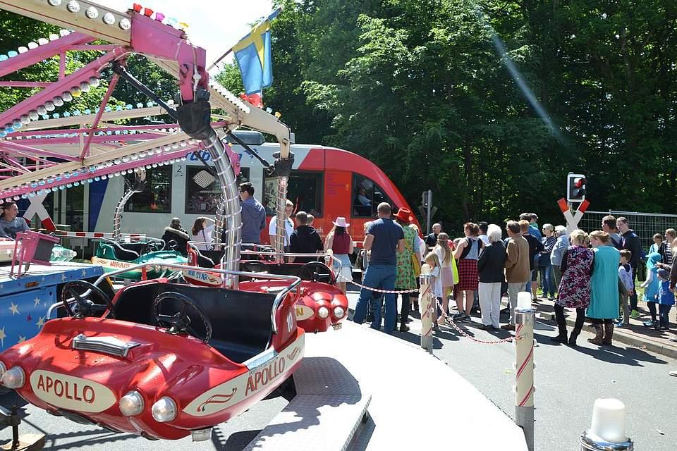 Ein Zug kreuzt durch das Pfingstfest.