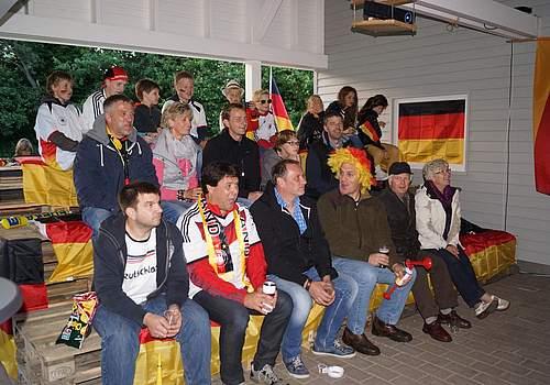 Ein Schnappschuss von der WM-Tribüne im Carport der Familie Ruhnke in Odderade besetzt mit Freunden und Nachbarn.