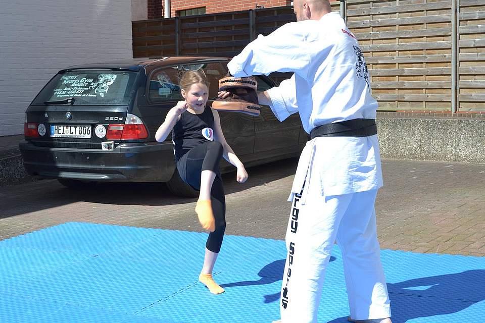 Kindernachmittag: Vorführungen im Kickboxen mit Luisa Ackermann.