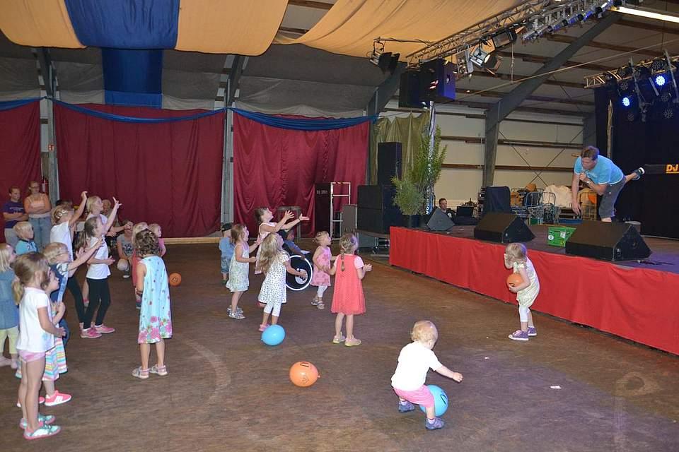Kinderspiele in der Festhalle.