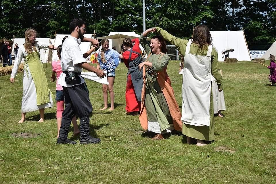 Mit Freude und Tanz zum Mitmachen hat das Mittelalterspektakel in Schalkholz begonnen. Foto: Büsing