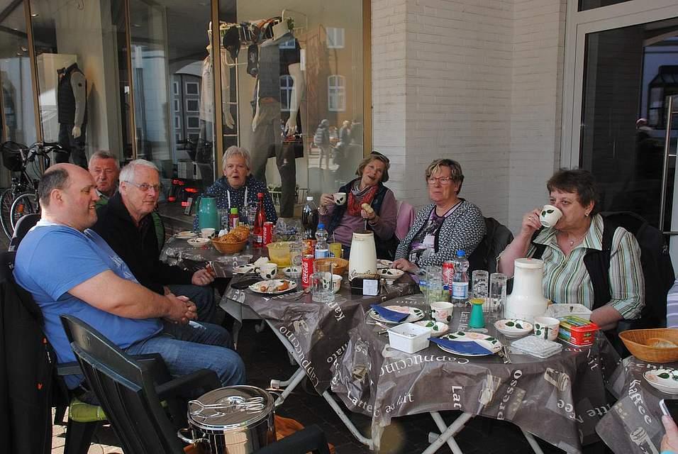 Ein reich gedeckter Tisch: Hier schmeckte das Abendessen unter dem Vordach von Hartmann Moden.