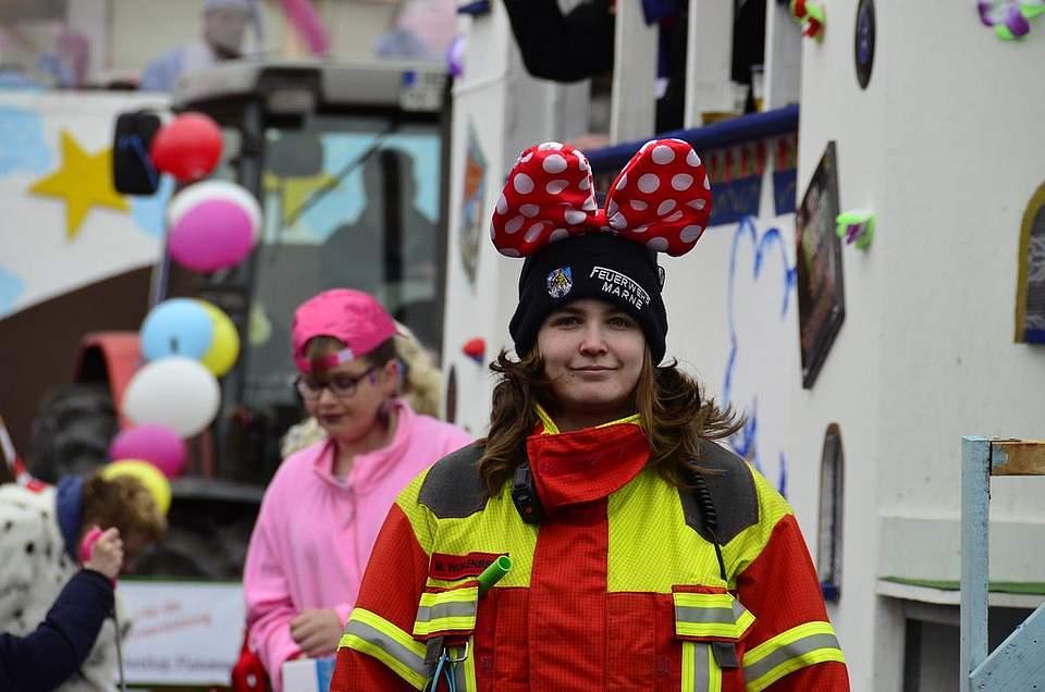 Ein wenig Verkleidung ist auch für die Kräfte der Feuerwehr erlaubt.