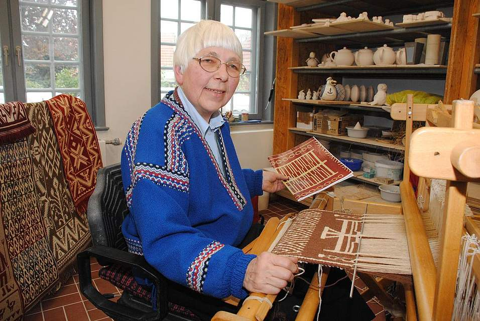 Barbara Lorenzen webt hier ein altes Muster auf ihrem dänischen Webstuhl.