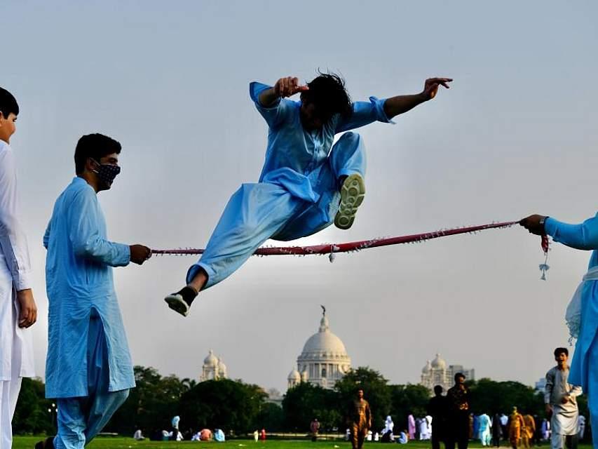 Afghanische Muslime führen zum Fest des Fastenbrechens, Eid al-Fitr, traditionelle Stunts im indischen Kalkutta auf. Foto: Str/XinHua/dpa