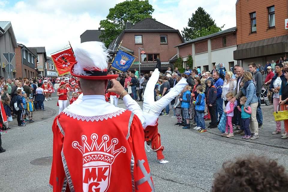 Radschlagen beherrschen beim Marner Karnevalsverein auch Männer.