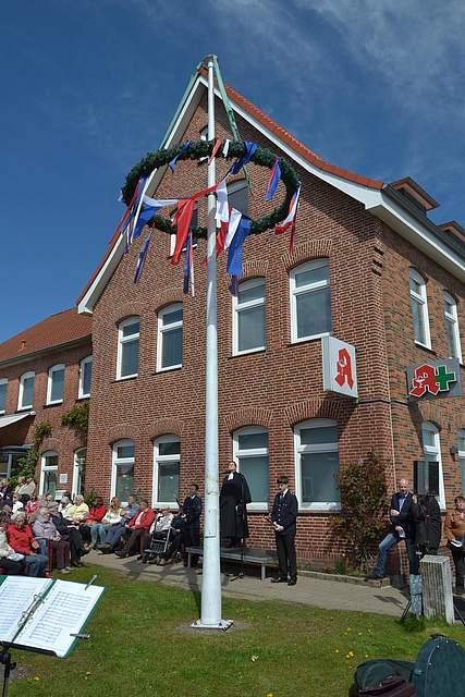Der Maibaum ist aufgerichtet: Start in die Meldorf-Woche.