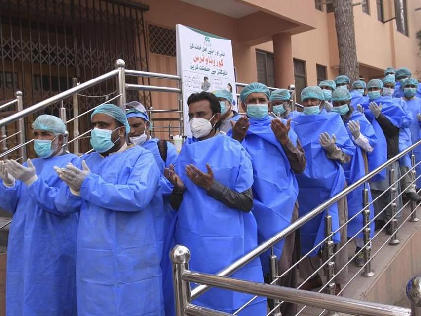 Krankenhausmitarbeiter im pakistanischen Quetta beten vor dem Beginn ihrer Schicht. Foto: Arshad Butt/AP/dpa