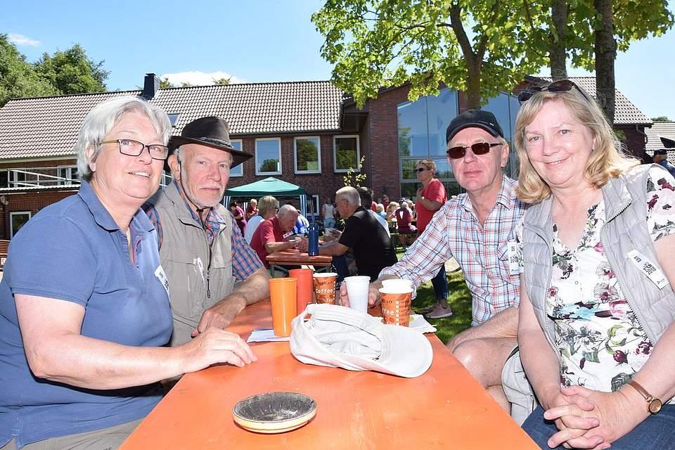 Eggert und Hildergard Thode (rechts) sowie Karin und Sören Peters aus Brunsbüttel legen eine Pause ein.