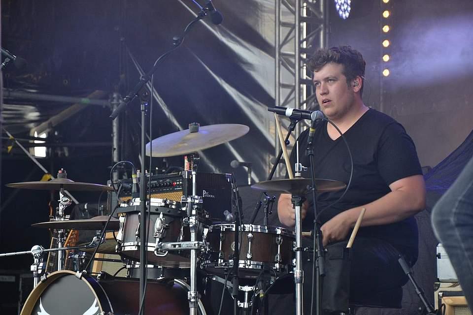 Bei Pay Pandora am Schlagzeug: Tom-Ole Thomssen. Foto: Voß