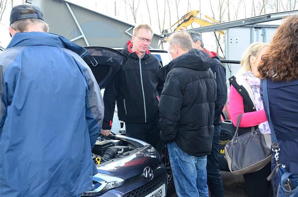 Gleich mehrere Autohändler präsentierten ihre Modelle auf dem Außengelände.