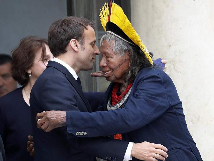 Frankreichs Präsident Emmanuel Macron begrüßt Raoni Metuktire, ein Häuptling des indigenen Volkes der Kayapo, im Elyseepalast. Die Kayapo leben im brasilianischen Amazonasgebiet. Metuktire wurde durch seinen Kampf für den Erhalt des Regenwaldes und der Kultur der indigenen Völker zu einem bekannten Aktivisten. Foto: Christophe Ena/AP