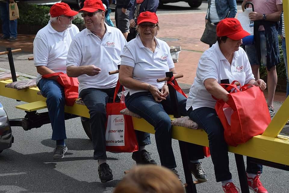Im Sitzen wirft es sich besser: Mitglieder des Sozialverbands. Foto: Büsing