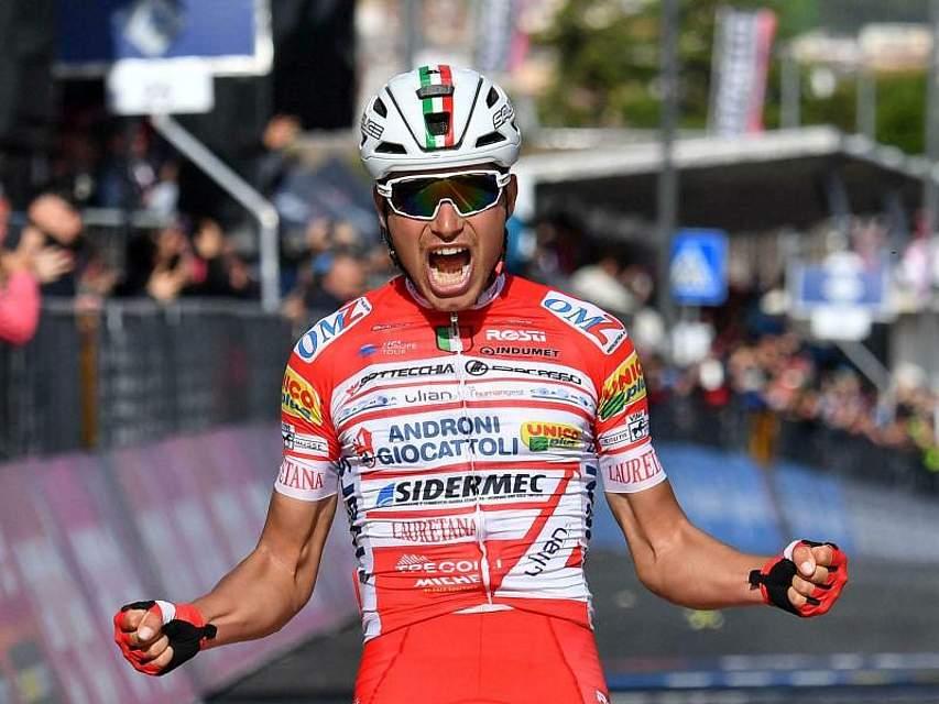 Der Italiener Fausto Masnada schreit nach dem Gewinn der 6. Etappe des Giro d'Italia seine Freude heraus. Der 25-Jährige setzte sich nach 238 Kilometern vor seinem Landsmann Valerio Conti durch. Foto: Alessandro Di Meo/ANSA/AP