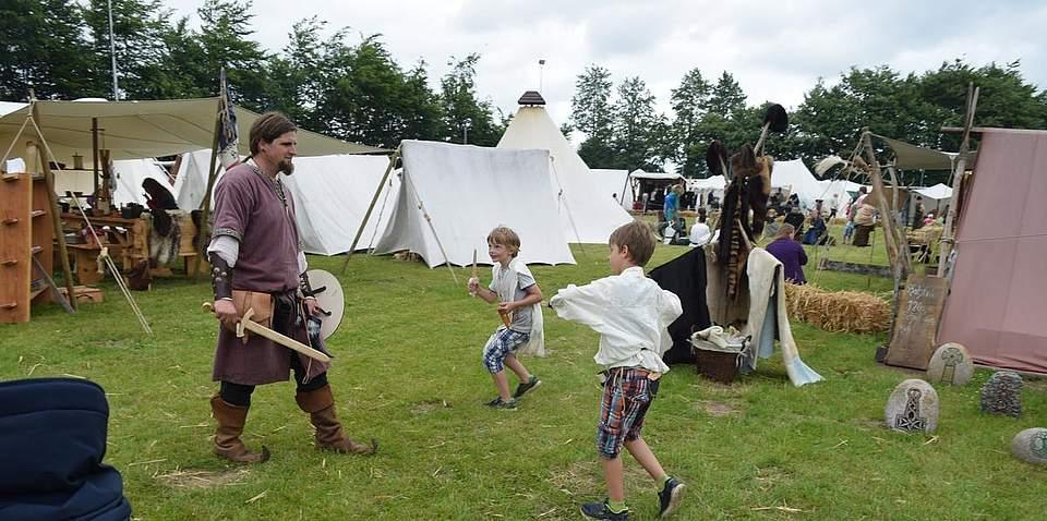 Keine Angst vor starken Männern: Die Kinder greifen an. Foto: Büsing