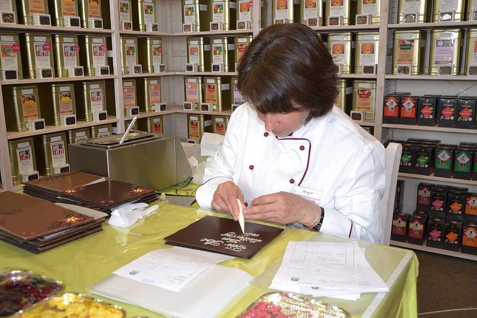 Celina Pasterski beschriftet Schokolade, eine Aktion von Wagner-Pralinen beim Teehaus.