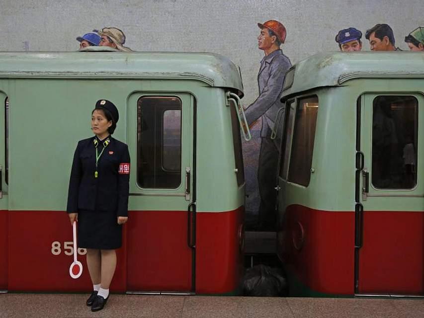 Eine Mitarbeiterin der U-Bahn steht in einer Station in Pjöngjang. Foto: Kin Cheung/AP