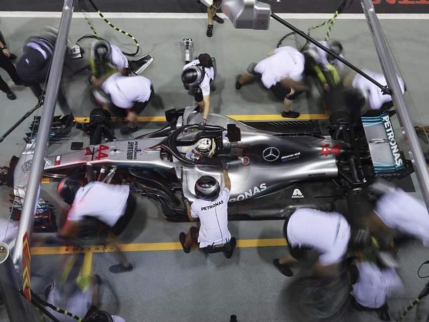 Formel-1-Pilot Lewis Hamilton vom Team Mercedes AMG Petronas Motorsport beim Training zum GP von Singapur in der Box. Foto: Vincent Thian/AP