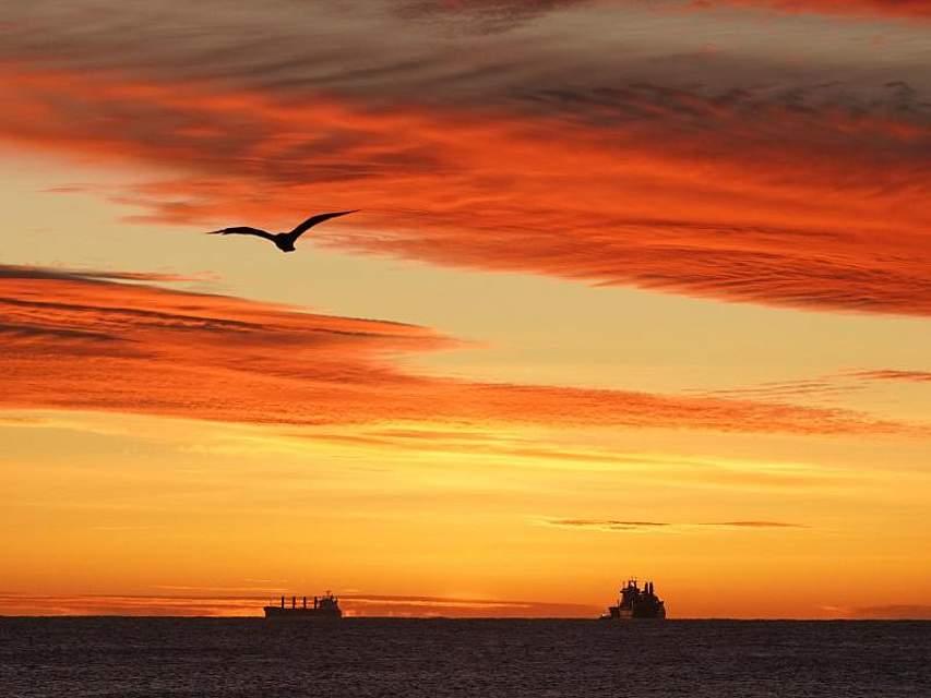 Zum Sonnenaufgang in Großbritannien lassen sich am Horizont Schiffe ausmachen. Foto: Owen Humphreys/PA Wire/dpa
