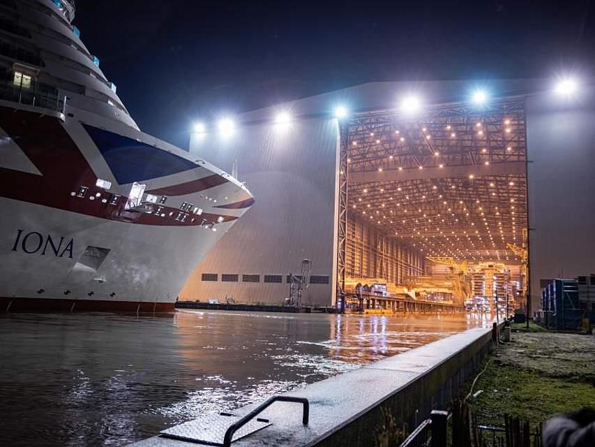 Das 344,5 Meter lange Kreuzfahrtschiff Iona verlässt die Papenburger Meyer-Werft. Das Schiff bietet Platz für mehr als 5200 Passagiere. Foto: Martin Remmers/dpa