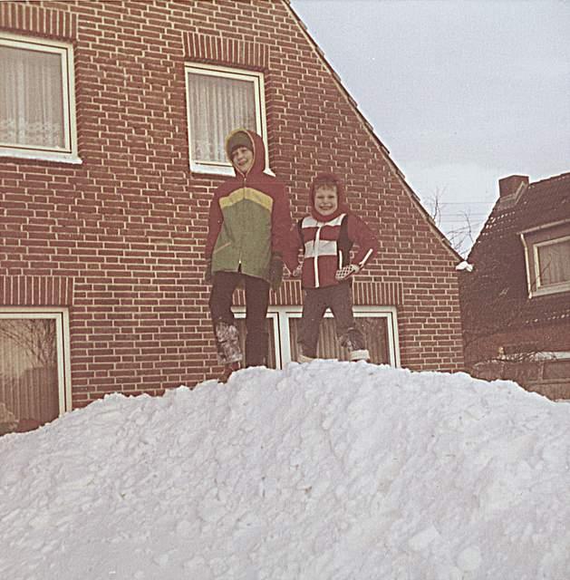 """Das von Martina Boderius aus Wesseln eingesandte Foto ist in Pahlen aufgenommen worden. Besonders in Erinnerung geblieben ist ihr: """"Am Silvestertag 1978/1979 gab es tagsüber Stromausfall. Da meine Eltern einen Ofen in der Küche hatten, kamen Nachbarn und Verwandte vorbei, um sich aufzuwärmen. Es war den ganzen Tag was los bei uns. Ich erinnere mich auch an viele schulfreie Tage."""""""