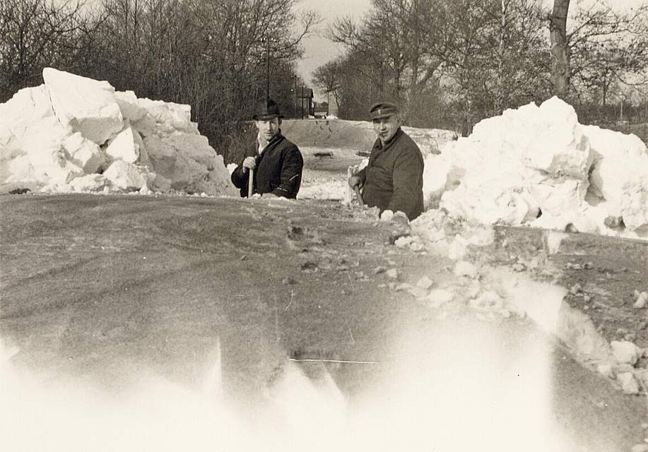 """Das Foto von Karl-Heinz Fuhlendorf aus Schafstedt zeigt das Freischaufeln der Straße in den Schafstedter Ortsteil Nordholz. Er erinnert sich: """"Es war saukalt, dennoch kamen alle Einwohner zum Schaufeln."""""""