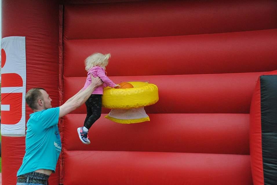 Manche Körben hängen zu hoch: Mit Hilfe ihres Vaters schafft Mia Joleen dennoch einen Korb.