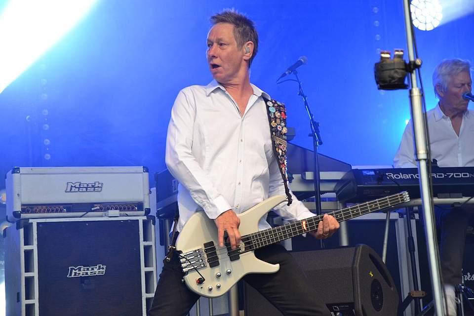 Status-Quo-Bassist John 'Rhino' Edwards zeigt in Büsum viel Spielfreude. Foto: Voß
